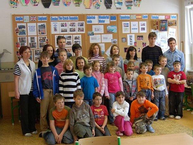Čtyři Španělky zavítaly v rámci projektu Voda do cheznovické základní školy.