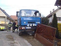 Ke kuriózní nehodě došlo ve Skořicích. Při vyskladňování štípaného dřeva z nákladního auta se vůz samovolně rozjel a zranil řidiče.