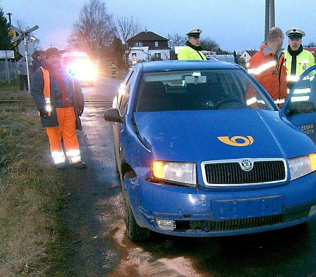 Autonehoda, která se odehrála u železničního přejezdu nedaleko Břas, skončila pro zaměstnankyni vozidla České pošty opravdu velice šťastně.