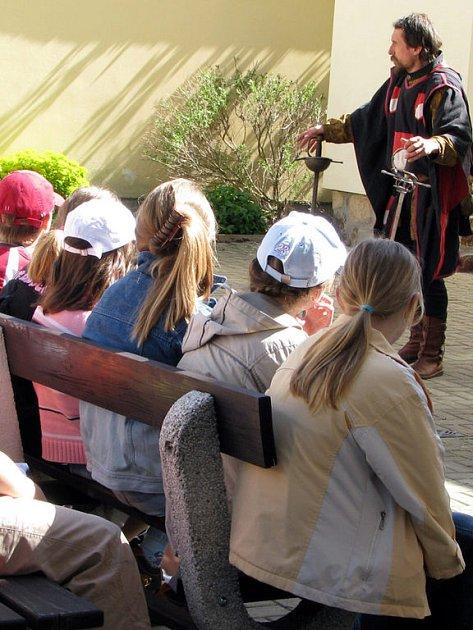 O život šlo ve středu v rokycanské knihovně. Ale jen na oko. Pro žáky ze Základní školy T. G. Masaryka tam totiž vystoupila skupina historického šermu Harcíři. Mladí návštěvníci byli vystoupením unešeni a harcíře hlasitě povzbuzovali.