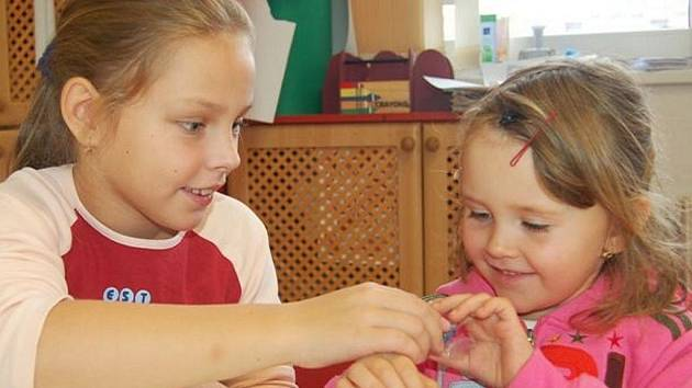 Výrobě šperků se v sobotu věnovaly v rokycanském Domě dětí a mládeže i Kačka Adamcová a čtyřletá Markétka Provazníková (zleva).