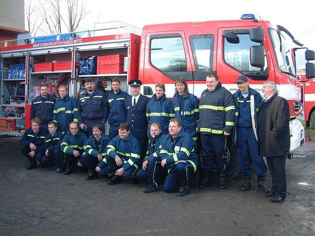 Získání  hasičského auta bylo pro šestnáctičlennou výjezdovou skupinu i další členy sboru důvodem k malé oslavě. Blahopřál i starosta (vpravo).
