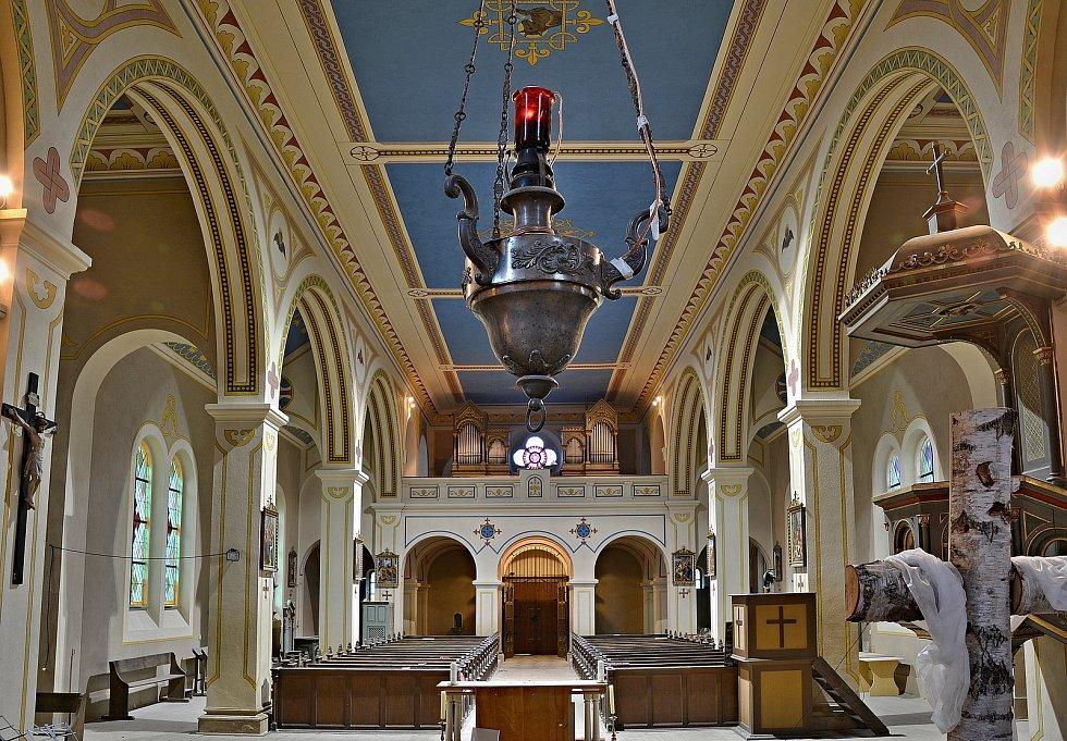 Interiér opraveného kostela sv. Vavřince ve Stupně