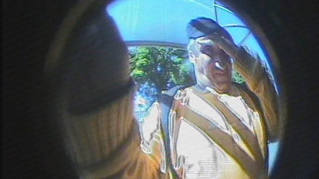 Případnému pachateli se sice podařilo kabelku ukrást nepozorovaně, při výběru hotovosti ho ale vyfotila kamera.