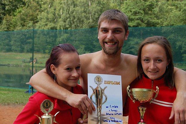 Sobotní nohejbalový podnik v Březině se týkal šestnácti trojic. Vítězný pohár zvedali Jan Spal s Annou Pražskou a Markétou Pražskou. Elitní trio neušlo koupeli.