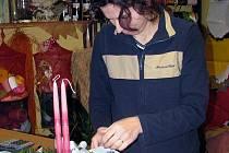 Na snímku je zachycena Monika Kolářová, která přávě připravuje adventní svícen.