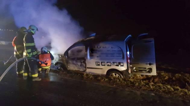 Požár osobního automobilu po nehodě mezi Nevidem a Kakejcovem.