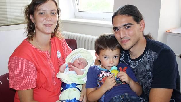 FILIP KAVALÍR z Volduch se narodil 28. září večer, v osm hodin a čtyřicet pět minut. Manželé Daniela a Tomáš věděli dopředu, že i jejich druhé dítě bude chlapeček. Doma už mají pětiletého syna Dominika. Míry: 48 cm a 3030 g.