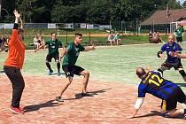 Národní házenkáři TJ Litohlavy (v černo-modré kombinaci) se loučili s II. ligou mužů pod Vršíčkem. Po porážce s Mostem si spravili chuť proti rezervě Šroubáren Žatec a po výhře 19:10 dobrovolně v lize končí.
