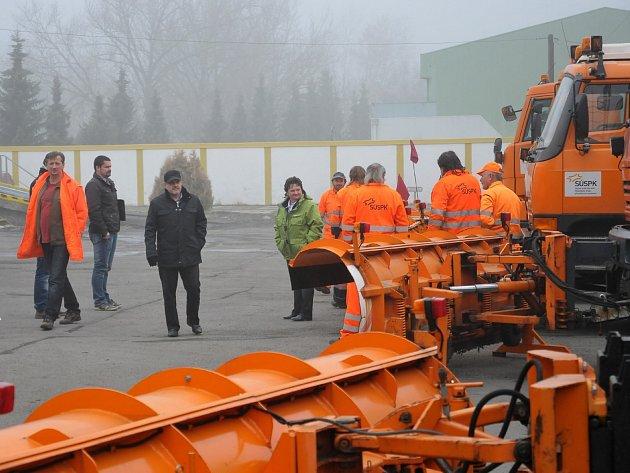 Čtvrteční ráno bylo na Správě a údržbě silnic v Rokycanech hektické. Po ranní prezentaci v sídle organizace vyrazilo osazenstvo s kontrolou z Plzeňského kraje na obhlídku mechanizace, která je již na zimu připravena a vyřazena k vyjetí do ulic.