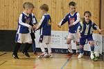 Nedělní turnaj malých fotbalistů v hale rokycanského gymnázia.