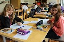 FYZIKA není jen záležitostí chlapců. Při soutěži Archimediáda v DDM to potvrdily Sára Ješenková ze ZŠ Jižní (vlevo) a Veronika Pourová ze Zbiroha. Zařadily se mezi úspěšné řešitelky.