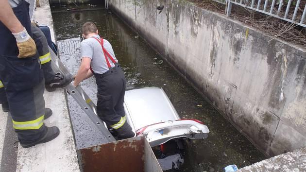 Hasiči pomáhali s vylovením auta, které sjelo do  jímky.