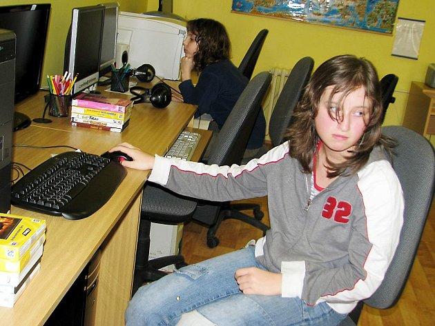 Součástí dětského oddělení Městské knihovny v Rokycanech je i počítačový koutek. Mezi ty, kteří ho o prázdninách využili, patřila též Jiřina Vomáčková a Jakub Frűhauf.