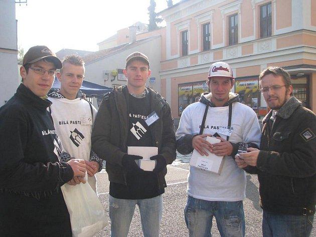 Studenti rokycanské Střední školy v ulici Jeřabinové se zapojili do projektu Bílá pastelka.