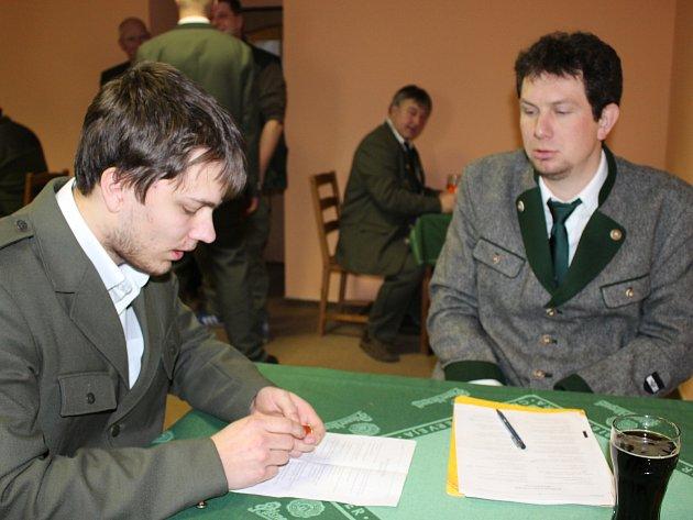 MAREK BOULA (vlevo) byl jedním z třinácti uchazečů o první lovecký lístek, kteří v sobotu skládali zkoušky v mýtské Sladovně. V oboru lovectví jeho znalosti hodnotil Lukáš Slabý.