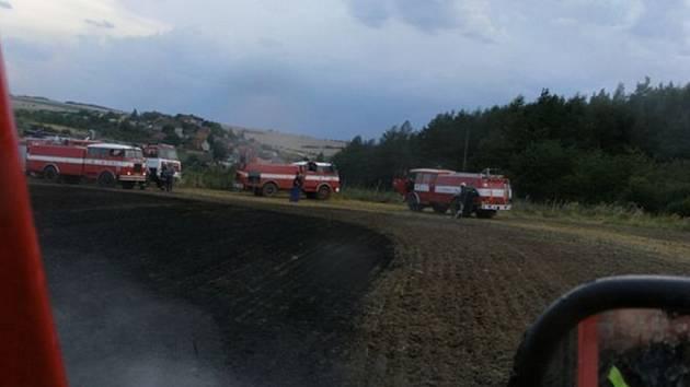 V blízkosti Podmokel (směr Hradiště) hořel polní porost.