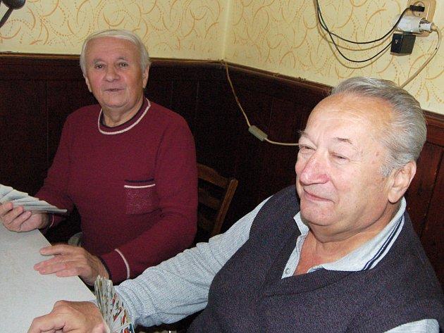 Mezi 72 aktéry sobotního mariášnického turnaje v Mýtě bylo hodně účastníků ze vzdálenějších míst. Patřili mezi ně Vojtěch Král z Plzně a Jaroslav Mačas z České Břízy (zleva).
