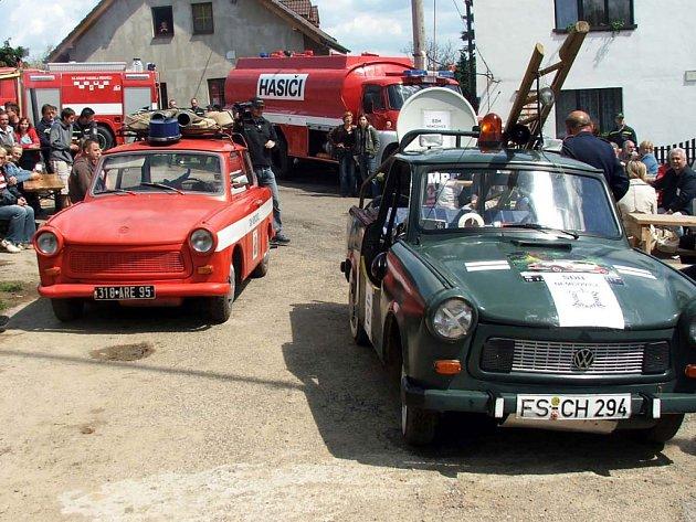 V Němčovicích získali hasiči do výbavy speciálně upravenou Tatru 148 CAS (v pozadí). Na náves ji v sobotu odpoledne doprovodily dva trabanty.