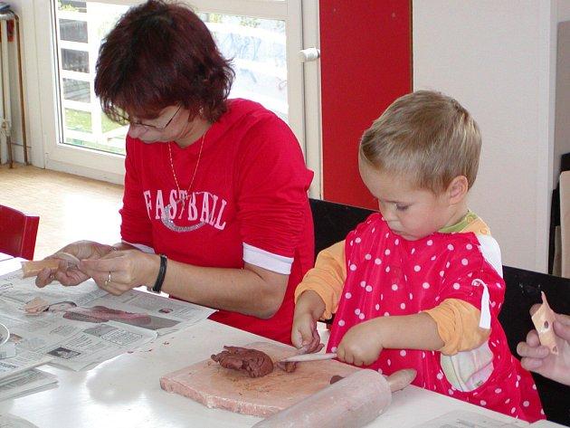 Maminky s dětmi vyráběli v DDM vznášejícího se papouška.