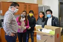Roušky pro Rokycany vznikly rukama šikovných vietnamských spoluobčanů
