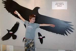 Návštěvníci výstavy mohou exponáty prozkoumat