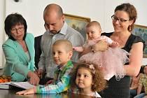 JEDNOZNAČNĚ NEJPOČETNĚJŠÍ rodinou, která ve středu odpoledne v obřadní síni rokycanské radnice předstoupila před pult s pamětní knihou, byla rodina Kuželkova s nejmladším přírůstkem, malou Ellou, jíž to ve slavnostních růžových šatech mimořádně slušelo.