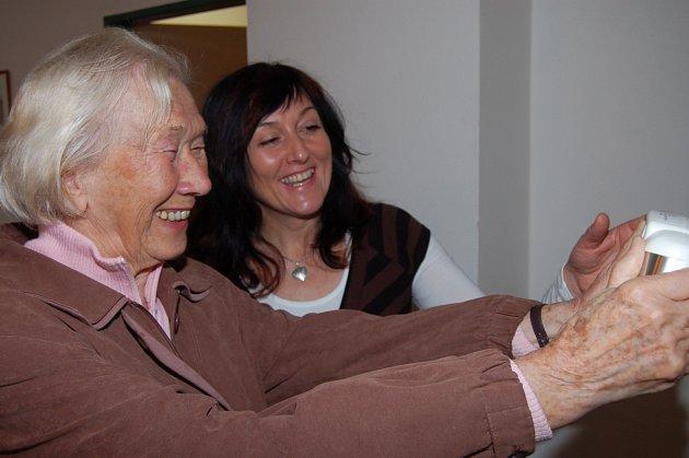 IVETA BARTOŠOVÁ (vpravo) je dietní sestrou v janovské léčebně. Poskytovala v sobotu zájemcům rady, jak se správně stravovat, a to v rámci rokycanské akce Měření pro zdraví.