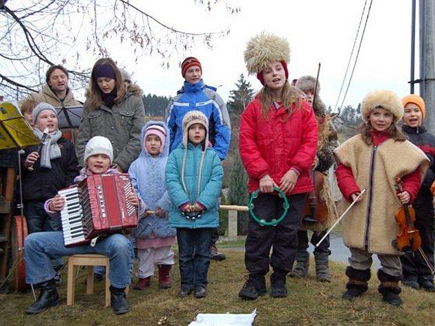Ve Smědčicích zpíval na Štědrý den odpoledne chór čtrnácti malých umělců.