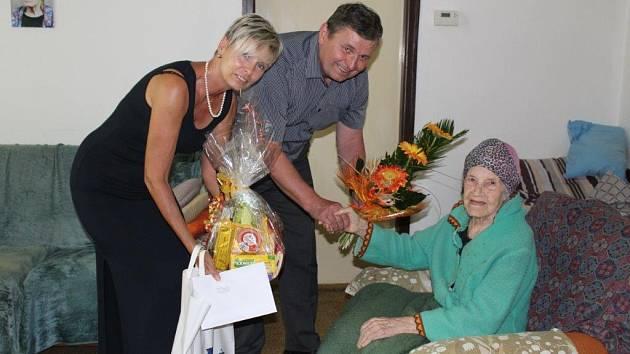 Oslavenkyně Anna Holubová se starostou Rokycan Václavem Kočím a matrikářkou Naďou Šilhavouu