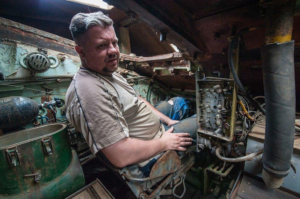 Člen klubu Tomáš Tesař se stará o údržbu několika tanků včetně tanku Panter, se kterým odřídí veškeré filmové scény a každoročně také BAHNA.