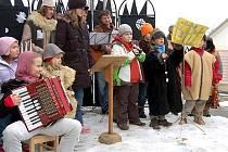 U kapličky ve Smědčicích se na Štědrý den odpoledne potkala zhruba polovina obyvatel vesnice. Nenechala si ujít pásmo staročeských koled, které se sedmnácti umělci nastudoval Vladimír Sosna.