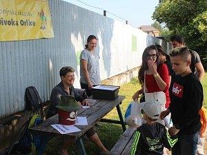 Organizátorky sobotního výletu z oddílu Divoká Orlice měly důvod k úsměvu. Z okraje Rokycan na jihu šlapaly desítky dětí a také dospělých.