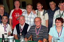 Na domácím turnaji O putovní pohár města Rokycan se prosadili zrakově postižení kuželkáři SKK Rokycany. Tým v sestavě Kemeny, Hrabák, Auinger (sedí zleva) obsadil v družstvech třetí místo.
