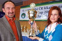 Spousty nádherných trofejí byly připraveny pro účastníky republikového šampionátu lékařů v golfu. V Darovanském dvoře instalovali nejcennější pohár manželé Petr a Jiřina Sinkulovi.