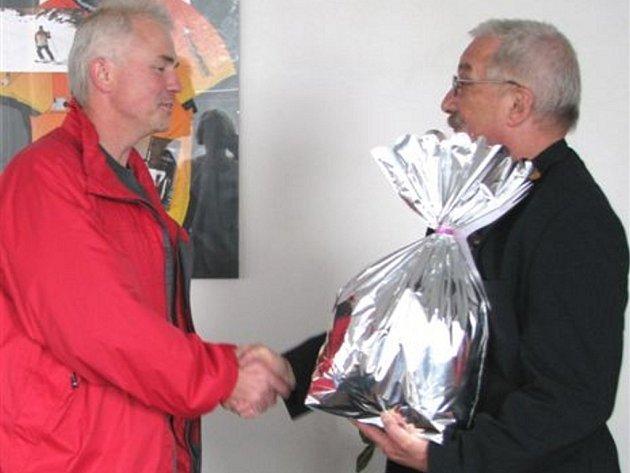 Jedním z oceněných byl Rudolf Šrail (vlevo), který nejcennější tekutinu daroval už sedmdesátkrát. Věcnou odměnu přebral v pondělí odpoledne od starosty města Jaroslava Perlíka.