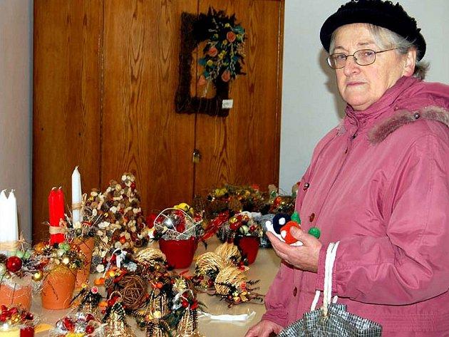 V Cheznovicích si zájemci pořídili dárky v sále  úřadu. Učinila tak i Vlasta Ernestová.