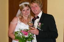Oddávající Jaroslav němec potřeboval při minulém svatebním obřadu v Mirošově tlumočníka. Nevěsta Hana Žáková ze Strašic si brala Josepha Fitzsimmonse, který je občanem Velké Británie, ale žije ve Spojených arabských emirátech.