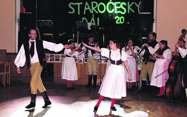 PŮSOBIVÉ bylo zahájení jubilejního 20. ročníku Staročeského bálu v v sále rokycanské Střelnice. Tanečníci i muzikanti z Rokytky si připravili variace na písničku Takhle v Rokycanech.