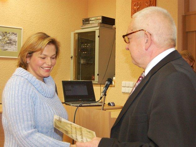 Třetí ročník Ceny města Rokycan je minulostí. Vyhrála ho Hana Hrachová ze Státního okresního archivu a poblahopřál jí starosta Jan Baloun.