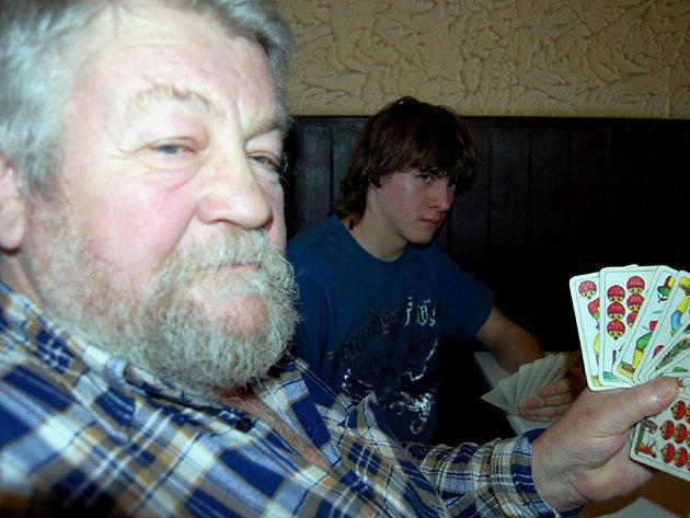 V rokycanské restauraci Na Hradčanech se při voleném mariáši potkali cestovatel Petr Paleček z Milenců u Nýrska (vpředu) s benjamínkem karetního festivalu Martinem Huttrem mladším, jemuž je šestnáct.
