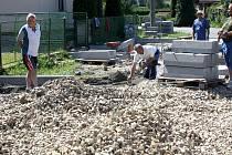 Litohlavští se po letech usilování dočkají chodníku. Vedou více než polovinou obce. Ta si na ně po pět let šetřila. Aby bylo co nejdříve vše hotovo, pro vybranou  společnost BIS se subdodavatelsky na místě činí například i  firma  AC Roma.