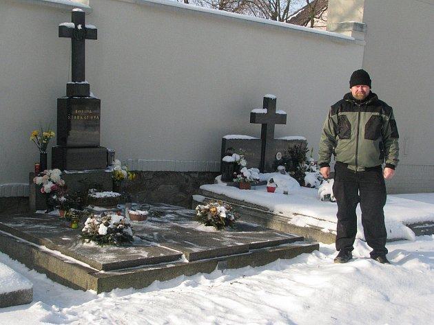 O rokycanský hřbitov se stará Josef Matuška (na snímku).  I jemu současné mrazivé počasí ztěžuje práci.