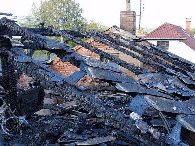Střecha domku v Mirošově lehla popelem.