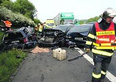 NEHODA NA DÁLNICI způsobila včera ráno dopravní komplikace. Srazilo se zde šest automobilů. Podle prvotních informací údajně kamion narazil do pomalu jedoucí kolony vozidel. Kolize si vyžádala jedno středně těžké zranění.