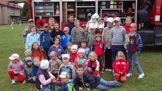 Členové hasičského záchranného sboru z Radnic navštívili děti ze ZŠ a MŠ v Mlečicích.
