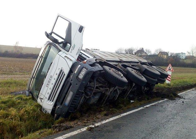 Nehoda nákladního auta u Bušovic