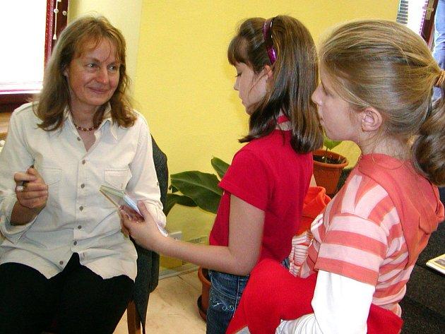 Spisovatelka Iva Procházková besedovala v pondělí v rokycanské knihovně se školáky z Masaryčky.