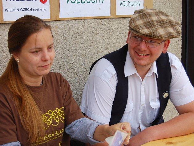Letošnímu ročníku Voldušské šlapky šéfoval Zdeněk Vlček mladší. Pomáhal u registrace Radce Novotné.