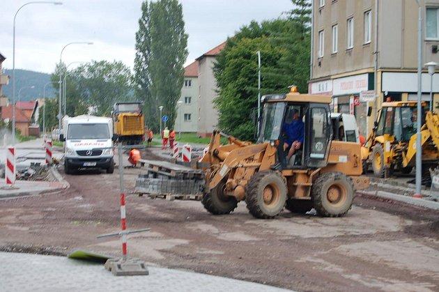 MV rokycanské ulici Boženy Němcové startovala včera ráno finální operace velkoryse rekonstrukce. Asfaltování vrcholí v pondělí.
